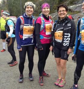 Sisu-tytöt Satu, Inka ja Sointu ennen maratonin starttia.